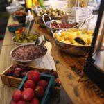 דוכן סלטים המכיל ירקות טריים ומגוונים